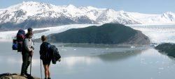 der Lago Grey im Torres del Paine Antionalpark mit Wanderer