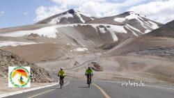 dos bicicletas en la nieve