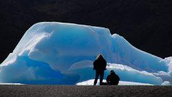 dos personas y un glaciar