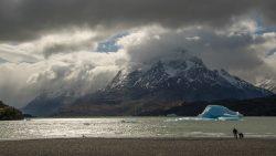 un iceberg flotando en el lago
